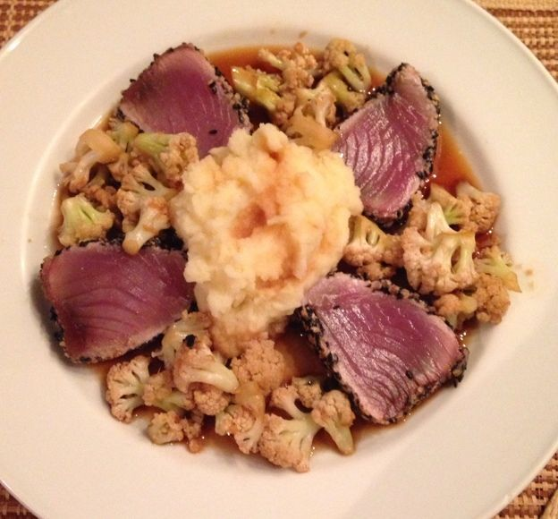 Atum em crosta de gergelim com purê com wasabi e couve-flor com molho oriental
