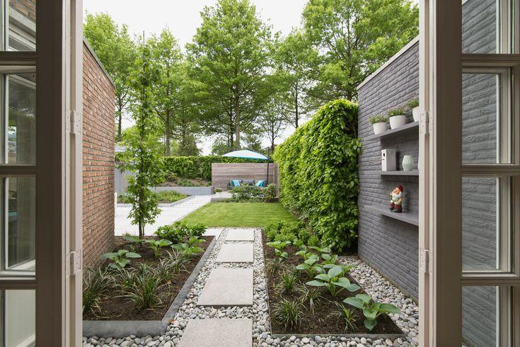 moderne tuin in Asten..met zicht vanuit de eetkamer
