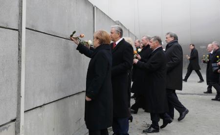 9日、「ベルリンの壁」崩壊から25年を記念する式典で献花するドイツのメルケル首相(左端)=ベルリン(ロイター=共同) ▼9Nov2014共同通信|ベルリン壁の犠牲者に献花 崩壊25年で独首相 http://www.47news.jp/CN/201411/CN2014110901001309.html #Berlin #Angela_Merkel