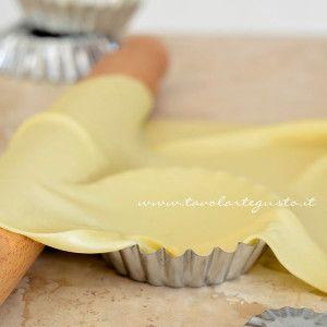 PASTA MATTA PER TORTE SALATE: Dose per 1 persona: 60 gr. farina - 1 cucchiaino olio - 1 pizzico sale - 30 gr. circa acqua frizzante. Preparare la pasta aggiungendo l'acqua frizzante poco per volta. Avvolgere nella pellicola e far riposare in frigorifero per un'ora e mezza. Stendere con uno spessore di 1 mm. Per una torta salata forno a 200 gradi per 20 minuti circa. PORZIONI WW: 2 carb. chiari - 1 grassi
