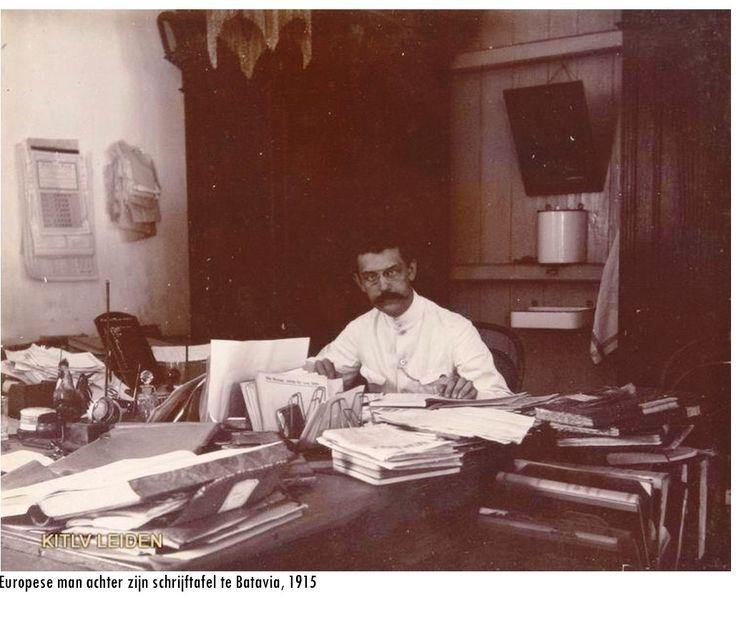 Ambtenaar aan het werk, 1915