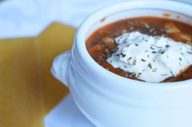 Recept voor lasagnesoep. Een gezonde Italiaanse tomatensoep met volkoren lasagnebladen en een topping van mozzarella en zure room