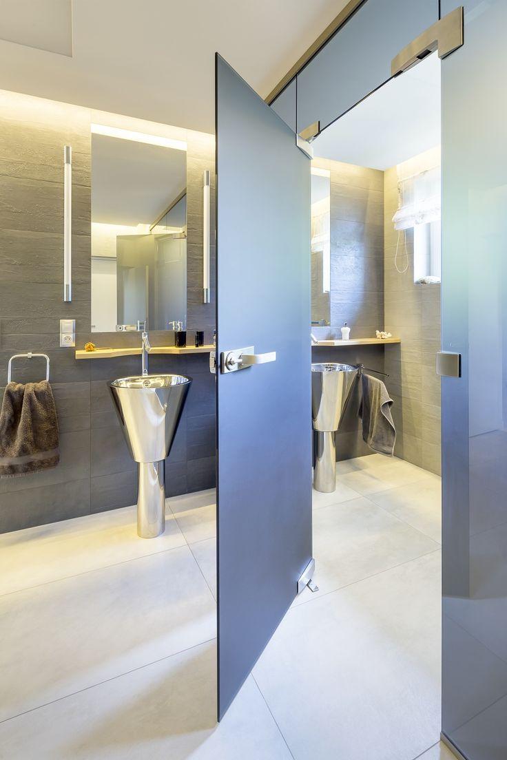Barevné matné celoskleněné dveře jsou originálním a praktickým prvkem v koupelně