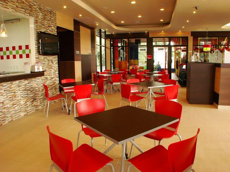 Sillas menta y mesas k de MUMA, en el restaurante Leonardo's Pizza, ubicado en Panamá.