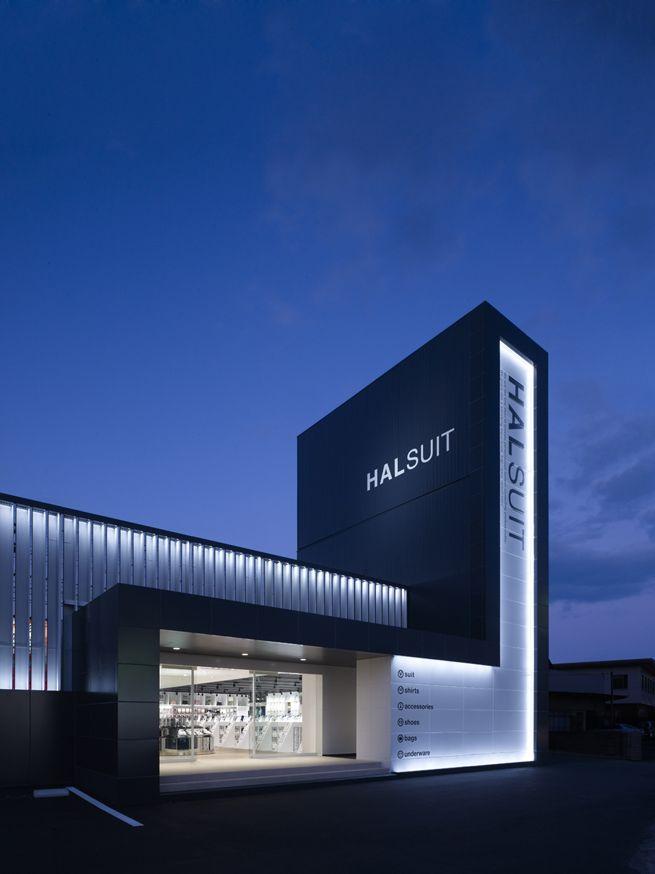 halsuit / お店の中央にフィッテイングルームを配置したスーツ量販店
