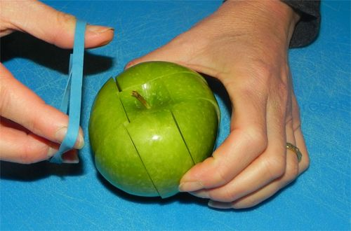 Apples for school snacks... Putting a rubber band around the slices holding