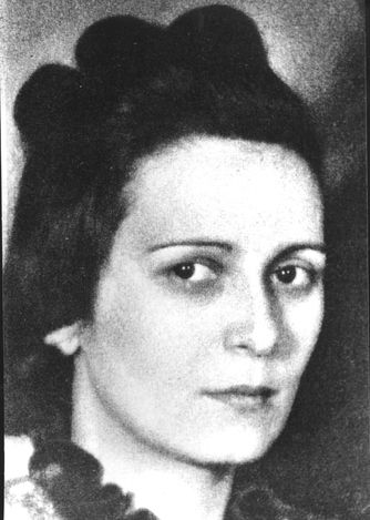 In June 1940, Ariane Knout and her husband fled Paris and went to Toulouse, where they established a secret organization called La main forte (The strong hand). The organization eventually worked for to create an armed Jewish underground to fight against the Germans.  Knout kept communications open between the command in Toulouse and the partisans who trained in the forest in the Tarn district. She brought weapons to the partisans and encouraged them with her enthusiasm for the struggle.