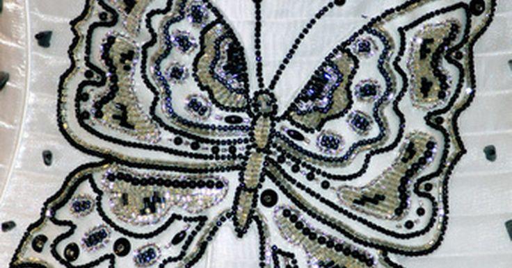 Como bordar com miçangas. O bordado com miçangas é um tipo de bordado que inclui miçangas nos desenhos tradicionais, mas usando pontos normais. Se você já conhece os pontos, incluir as miçangas e criar uma nova roupa ou decoração tridimensional será relativamente fácil. Quer você use telas pré-impressas ou padrões-vetor de ponto-cruz, depois que aprender a técnica, você ...