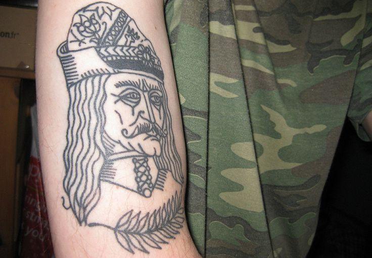 Los tatuajes de Vlad Tepes, conocido como Vlad el Empalador, hacen referencia al príncipe de Valaquia en el que se basaron para crear al Conde Drákula.