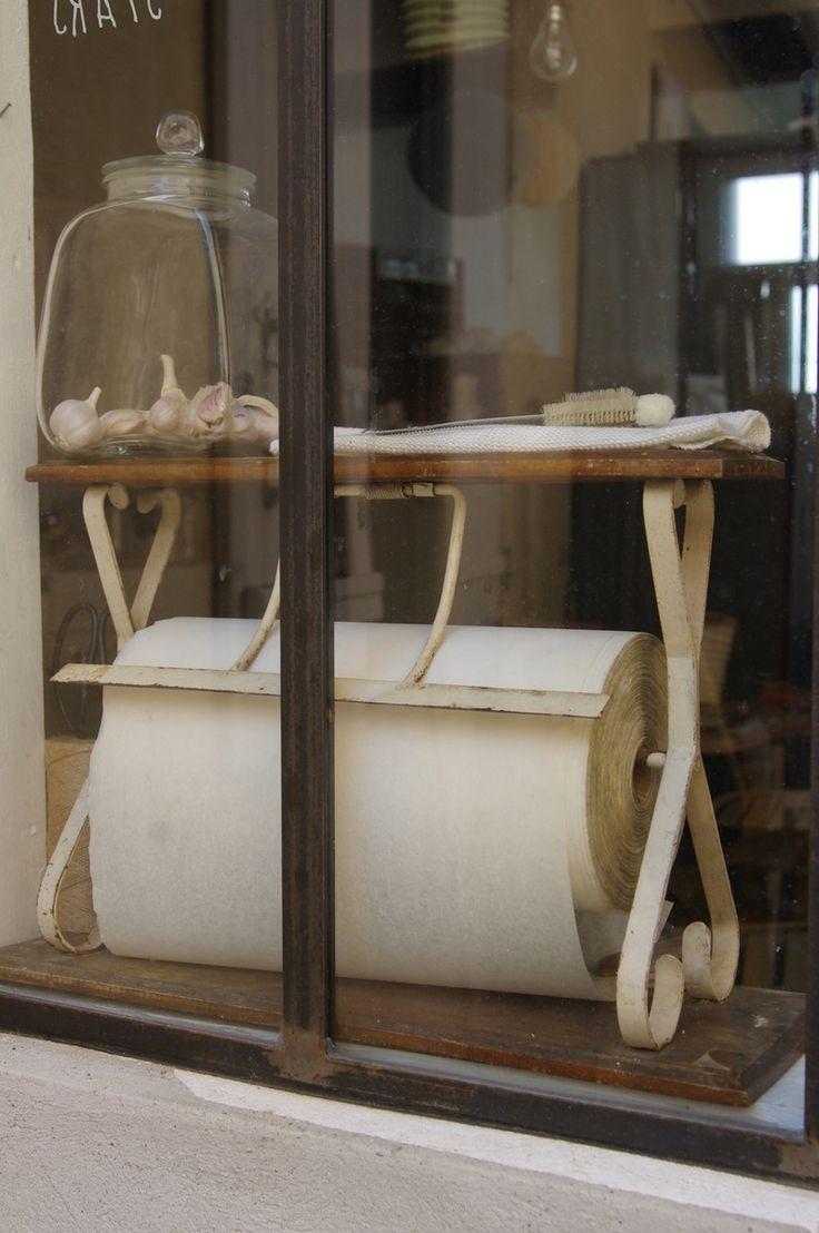Un classique très décoratif petit article de métier soigneusement chiné dérouleur de boucher, charcutier....... avec son rouleau de papier sulfuris...