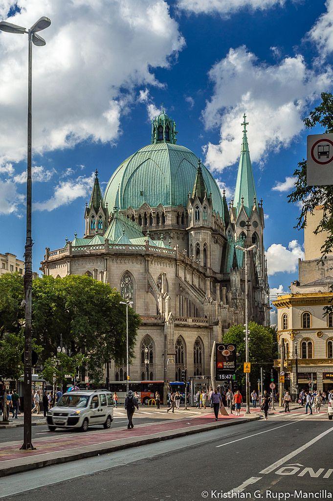Praça João Mendes, com o lado posterior da Catedral da Sé, em São Paulo, capital do estado de São Paulo, Brasil.