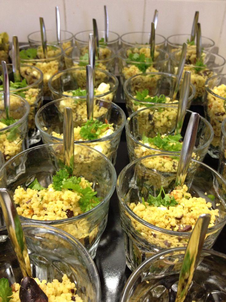 Couscoussalade met olijven feta zongedroogde tomaatjes en pijnboompitten