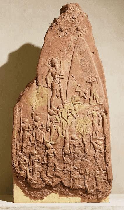 """La stele di Naram Sin: oggi al Louvre, rappresenta il sovrano in dimensioni colossali e con il copricapo tipico delle divinità, colpisce la rappresentazione dettagliata dei soldati (contrariamente alla stilizzazione della """"Stele degli Avvoltoi"""")."""
