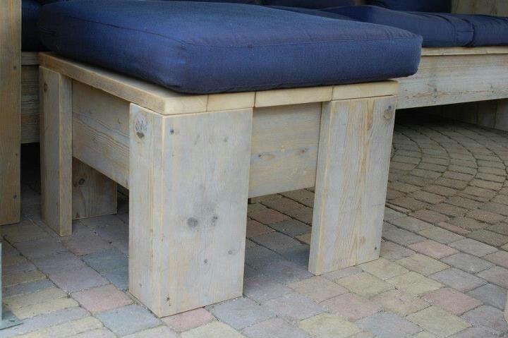 hocker gemaakt van steigerhout en te gebruiken als