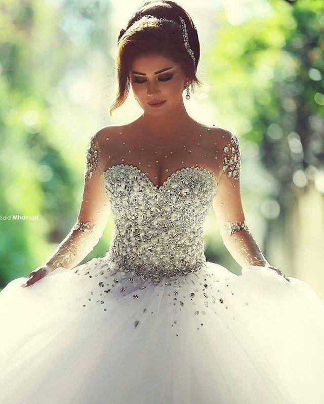 Pra finalizar o domingo com ainda mais amor, a gente compartilha com vocês esse vestido liiiiiiiindo e digno de uma princesa. ❤ #noiva #bride #casamento #wedding #dress #dresses #look #instalook #instawedding #lookoftheday #bridedress. #ceub #casaréumbarato #weddingdresses #vestido #vestidodenoiva