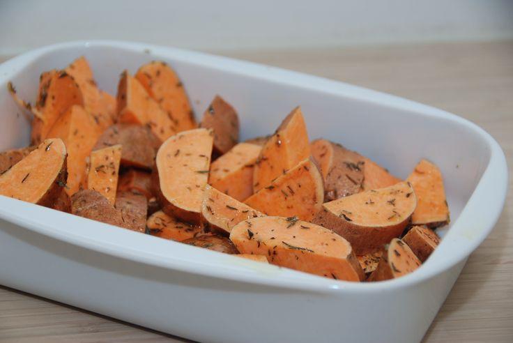 Søde kartofler er i virkeligheden slet ikke kartofler, men de er søde i smagen. Søde kartofler skal bages i cirka 25 minutter ved 200 grader. Foto: Guffeliguf.dk.