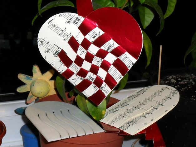 These are 3D printable templates for cutting (or drawing) the paper used to make Danish Hearts. There are 3, 4 & 5 strip templates and one wiggly one. Children love weaving them and the template allows you too cut lots of paper at once. (For more design's see  Lene and Anna Schepper's wonderful blog http://papermatrix.wordpress.com/hearts/ )   Danish history says that Hans Christian Anderson (of Ugly Duckling fame) created the first ones... and the traditional Danish colours are red & white…