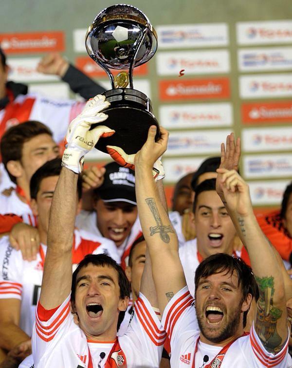 Los capitanes, Barovero y Cavenaghi levantando la copa