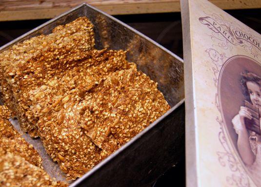 125 gram mandler  60 gram hasselnøtter  3 dl. solsikkekjerner  2-3 dl. sesamfrø  2 spiseskjeer fiberhusk (kjøpes på helsekostbutikk eller Meny)  5 dl. vann  1-2 teskjeer salt (smak gjerne til)    http://fotballfrue.no/2011/09/22/knekkebrod-ala-caroline/