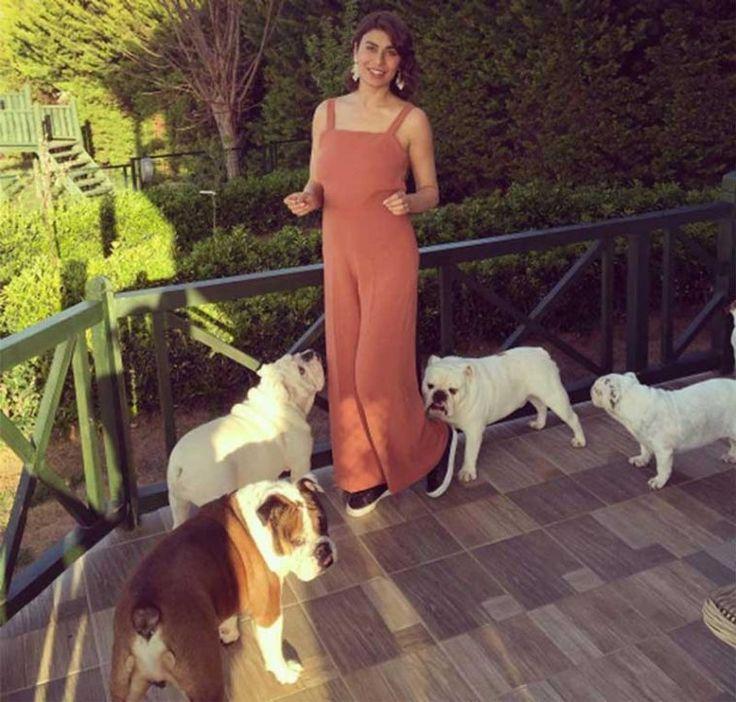Ebru Şancı, futbolcu eşiyle Montpellier'e yerleşmesi gerekince lüks villasını köpeklerine bıraktı. Detaylar ajanimo.com'da.. #ajanimo #ajanbrian
