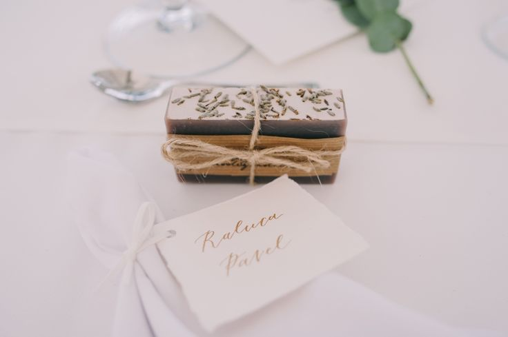 #nametag #weddingfavor #favor #artisansoap #bespoke #events #bucharest #moderncalligraphy #writteningold #charmink