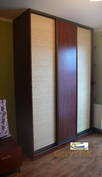 Bambus i płyta... dlaczego nie. Przytulne wnętrze też może być nowoczesne. Zastosowane profile drzwi oliwka dopełniają nastroju. http://goryniak.pl/szafy_wnekowe/szafy69wnekowe.jpg