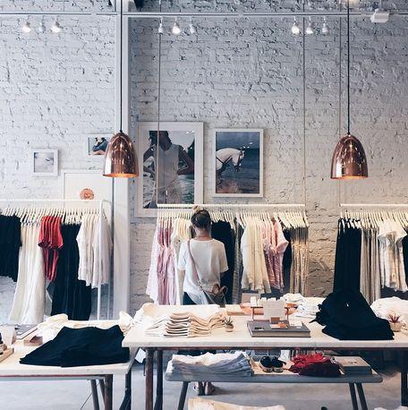 Tienda de ropa para mujer Lou & Grey, espacio comercial acogedor, donde hace que cada prenda luzca y sea del mismo estilo que la decoración del interior.