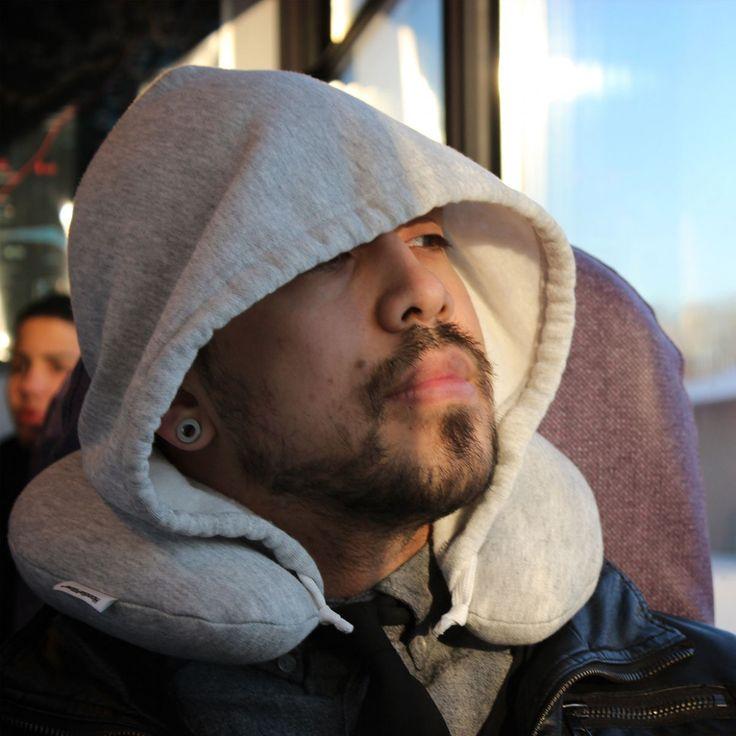 Un petit dodo pendant le voyage ? Voici l'accessoire voyage qu'il vous manquait : le coussin de voyage capuche ! Un oreiller gonflable qui s'entoure autour de ce cou qui a trop tendance à valser de tous les côtés lors de la petite sieste pendant l'avion, le bus ou même le trajet en voiture. dispo ici > http://ow.ly/EZGYe