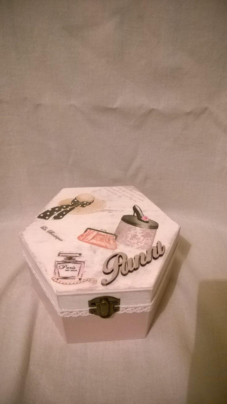 Névre szóló hatszögletű dobozka dekupázs technikával és csipkével díszítve.