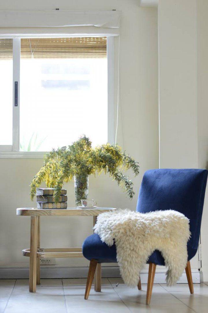 Este es un sillón de los años 50. Se retapizó en pana azul y se restauró la estructura de madera.