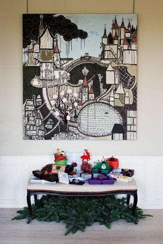 Shane Brox gør, ikke overraskende meget ud af gaveindpakningen. Han køber julepynt til under halv pris dagen før juleaften og bruger en del af det til at skabe eventyrlige julegaver. Maleriet over den gamle bænk har han selv malet, og den grønne gran under bænken er med til at samle synsindtrykket.
