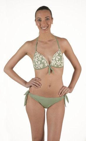 Bikini in Lycra Triangolo imbottito con prezioso. Ricamo pizzo macramè di cotone a contrasto. Slip tinta unita con laccetti regolabili | Eleonora Lingerie