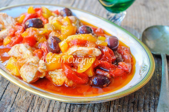 Spezzatino di tacchino ai peperoni, ricetta secondo veloce e facile, senza patate, piatto saporito, ottimo per pranzo o cena