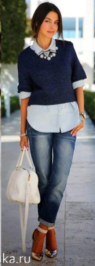 Лаймовый пуловер, джинсовая рубашка, темные джинсы, белая сумка, бежевые босоножки