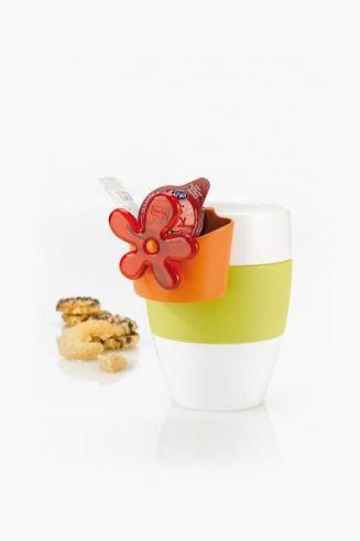 »A-PRIL #Tassenutensilo:  Sag' es durch die #Blume. Das farbenfrohe Tassenutensilo von #Koziol wird einfach am Tassenrand eingehängt und serviert #Teebeutel, Zuckerwürfel, Kaffeemilch und #Kekse zusammen mit einem blumigen Gruß. So fängt der Tag gut an!