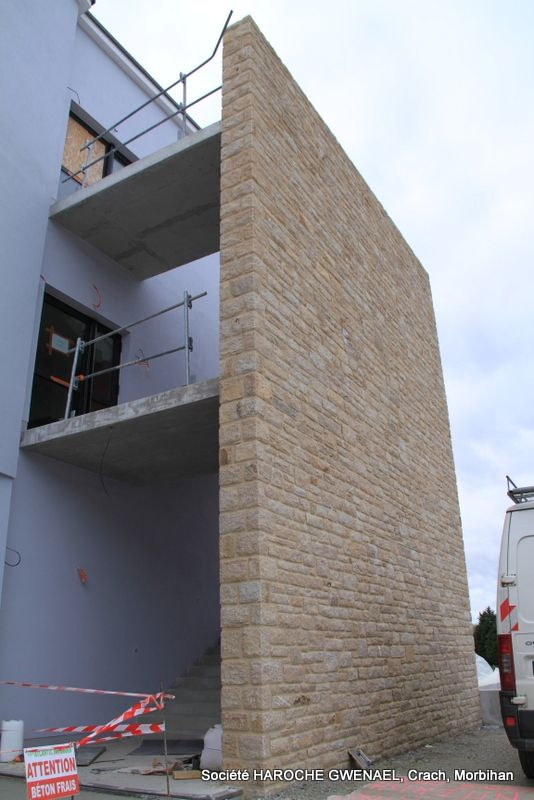 Marché Public. Ehpad de Ker Anna à Sainte Anne d'Auray (56). Réalisation de murs en pierre. Hauteur : 7 mètres de haut en parement pierre (moëllon d'Elven, pierre local). Société HAROCHE GWENAEL, Crach, Morbihan (France) #Maçonnerie #PierreNaturelle #EHPAD #morbihan
