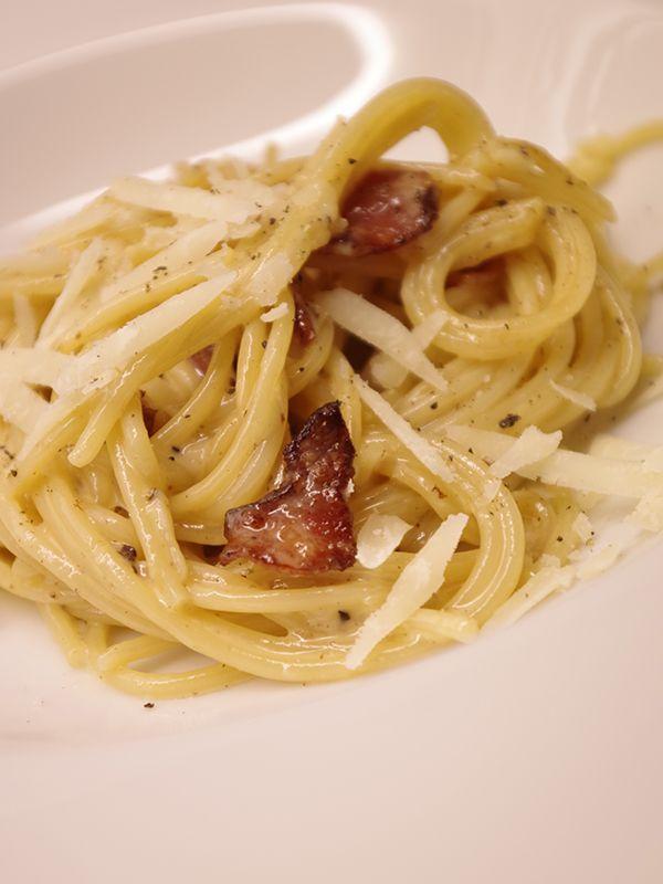 Pasta carbonara med bacon och parmesan. Läs mer på recept.com
