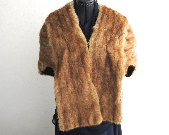 SALE - VINTAGE RED FOX FUR STRUCTURED CAPELET / SHAWL  DESCRIPTION The fur in this vintage fox fur structured capelet shawl is a beautiful red color