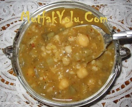 Ekşili Maraş Çorbası Sevgili MutfakYolu.Com takipçilerimiz, Maraş usulü yöresel yemekleri seviyorsanız size bugün çok güzel bir Ekşili Maraş çorbası tarifi vereceğim. Bu çorba tarifi tam da aradığınız tarif olabilir. Ayrıca yöresel lezzetler ilginizi çekiyorsa Ekşili Çorba Tarifi sizlerle. Ekşili Maraş Çorbası Malzemeleri 2 çay bardağı aşurelik buğday Yarım kilo ıspanak 2 çay bardağı kırmızı mercimek…