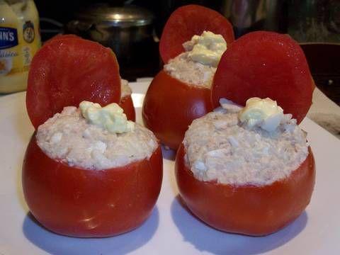 Fabulosa receta para Tomates rellenos con arroz y atún. Una receta bien de verano y fresca, tomates rellenos con arroz y atún.