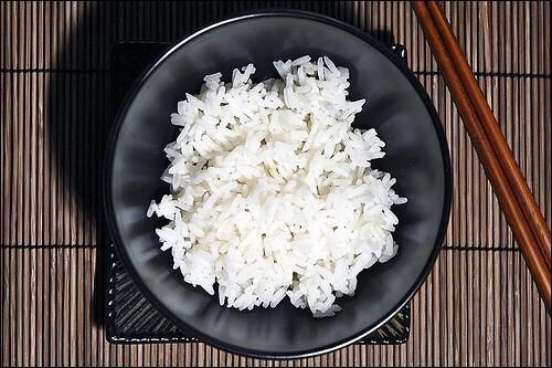 """Рис для здоровья. Возделывать эту культуру начали примерно 2500 лет назад, и именно с этого периода и зарождается собственно японская кухня, основным компонентом который был и остается """"гохан"""" (рис). Из 700 известных в мире сортов риса в Японии выращивают 44. """"Японский рис"""" (общее название нескольких сортов) отличается повышенной клейкостью при разваривании. Такой рис при приготовлении слепляется в кусочки, которые удобно есть при помощи хаси."""