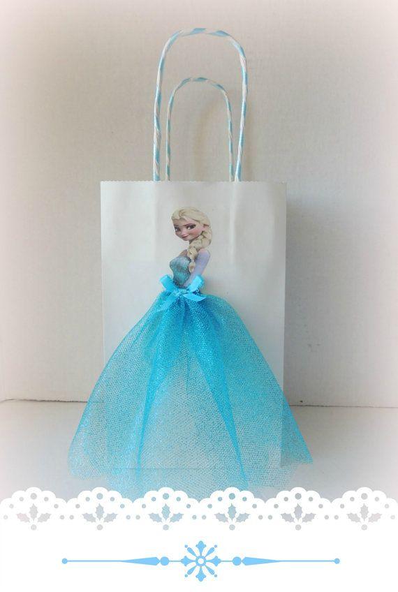 VER COINCIDENCIA GRACIAS ETIQUETAS Par estos favor de bolsas con emparejar congelados «Gracias» etiquetas para completar el paquete: https://www.etsy.com/listing/463440195/personalized-frozen-elsa-anna-olaf-happy  Elevar la parte congelados con estas muy lindo y artístico cumpleaños favor bolsas! Bolsa está hecha de papel, decorada con faldas de tul y gráficos de congelados para Elsa y Ana.  Usted recibirá 5 Elsa y 5 bolsas de Anna. Si necesita bolsas para niños, puedo también hacer Olaf…