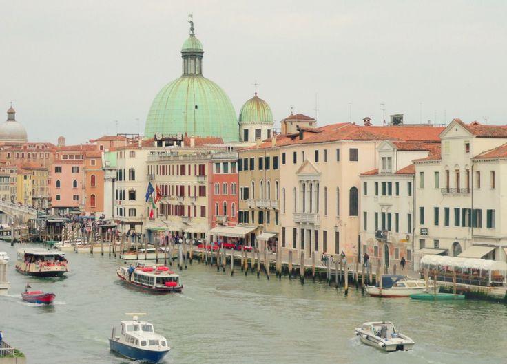 En Venecia no hay calles por las que transiten vehículos. No circulan autos, ni buses, ni motos, ni bicicletas. Sólo hay aceras peatonales, agua, y embarcaciones. Entonces, cómo nos movilizamos?