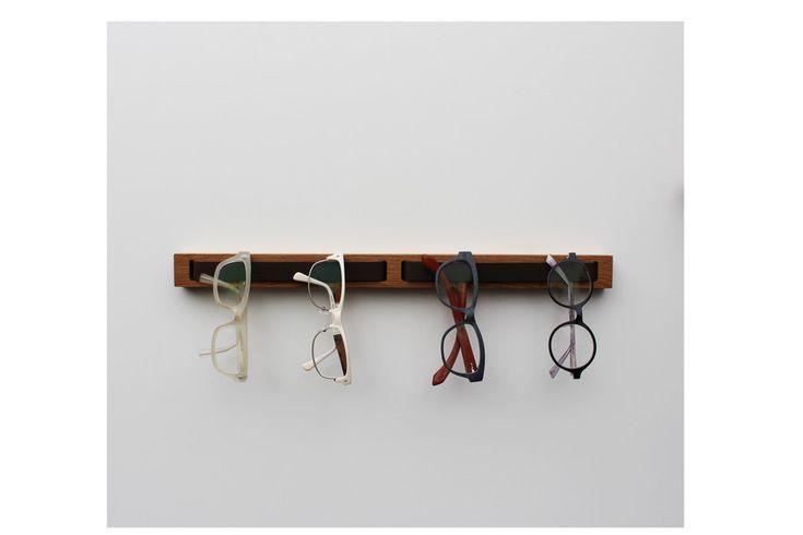 brillenHOLZ - Brillenhalter Eiche lang.  Brillenträger und Brillenfans kennen das Problem: Wohin bloß immer mit all den Brillen? Die Lösung könnte dieser schlichte und zugleich praktische Brillenhalter sein.
