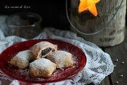 Questi deliziosi fagottini di sfoglia con frutti di bosco e mandorle sono un goloso dolce ideale per ogni momento della giornata. Semplicissimi da preparare
