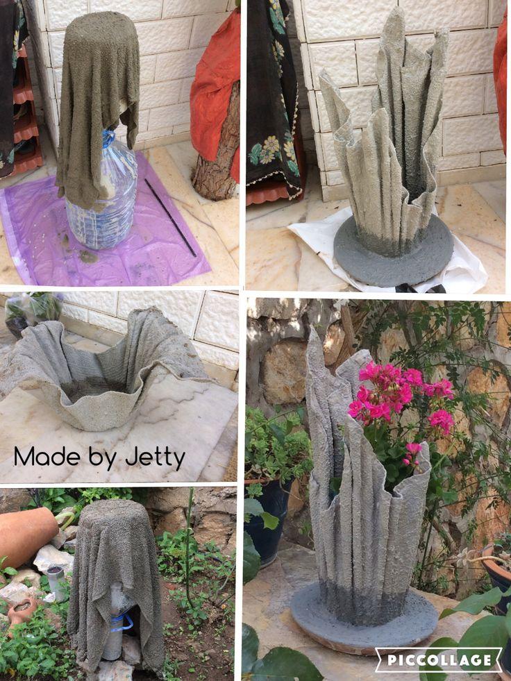 Van cement en oude handdoeken vazen gemaakt. Één helemaal klaar, twee nog afwerken.