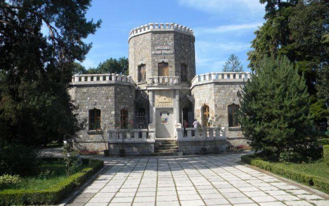 Castelul bântuit al Iuliei Hasdeu, templul lumii de dincolo. Fata se aude cântând la pian, iar bătrânul Hasdeu iese noaptea la geam şi urlă ca lupii - legendele locului