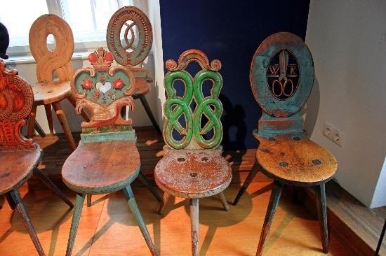Tiroler Volkskunstmuseum: Bunte Stühle