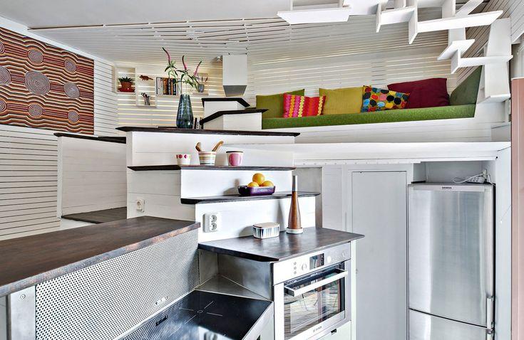 Большую часть нижнего уровня квартиры занимает кухня. Большое количество горизонтальных плоскостей и хорошо подобранные высоты установки кухонных приборов делают небольшую кухню очень удобной для приготовления пищи. .