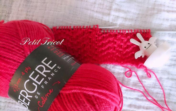 Salut les tricoteurs ! Cette semaine, nous allons voir un nouveau point fantaisie qui ne manque pas de relief : le chevron piqué !